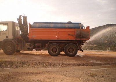 Camión con cuba de riego