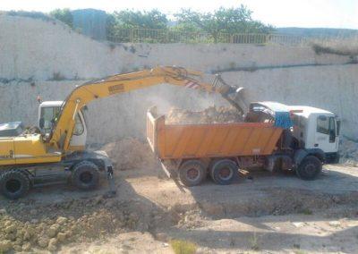 Excavadora giratoria y camión centauro